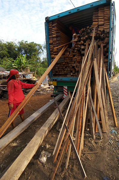 One Young Woman Only「Indonesia,  North Sulawesi, near Bitung. Wooden houses factory. Theses houses ares sold as kit abroad.」:写真・画像(3)[壁紙.com]