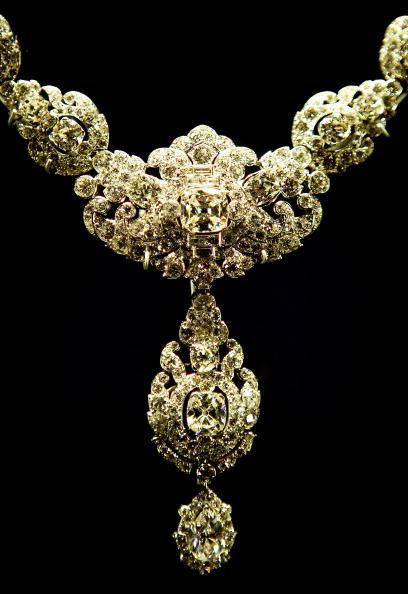 Necklace「Buckingham Palace Marks Queen's 60th Wedding Anniversary」:写真・画像(16)[壁紙.com]