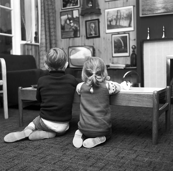 Furniture「Two children watching TV」:写真・画像(11)[壁紙.com]