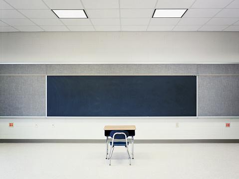 Classroom「Single Desk in Empty Classroom」:スマホ壁紙(13)