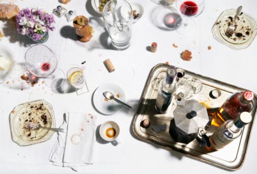 斜めから見た図「Messy table after meal, view from above」:スマホ壁紙(8)