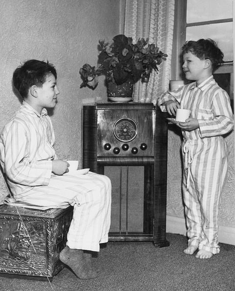 Vertical「Listening To Radio」:写真・画像(15)[壁紙.com]