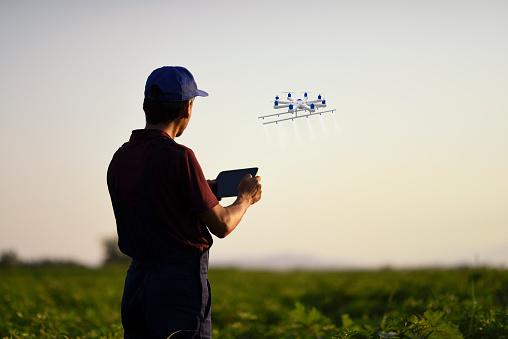 ドローン撮影「ドローンを使用して彼の作物を散布農家」:スマホ壁紙(14)