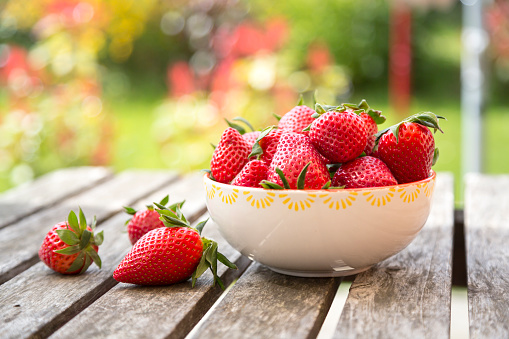 Bowl「Bowl of strawberries on wooden garden table」:スマホ壁紙(12)
