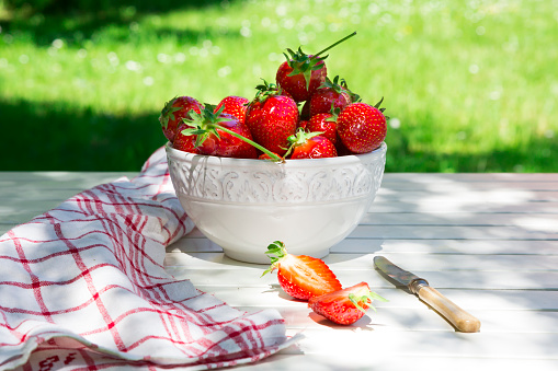 Bowl「Bowl of strawberries, knife and kitchen towel on garden table」:スマホ壁紙(19)