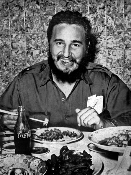 Eating「Fidel castro, head of cuban state, eating a chinese meal with chopsticks and drinking Coca Cola, c. 1960」:写真・画像(6)[壁紙.com]