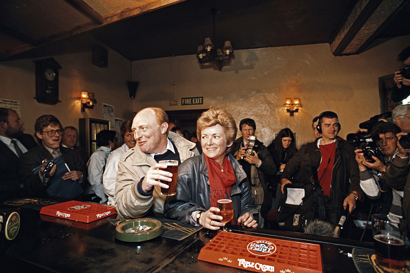 Bar Counter「Neil Kinnock and his wife Glenys Kinnock General Election 1987」:写真・画像(15)[壁紙.com]