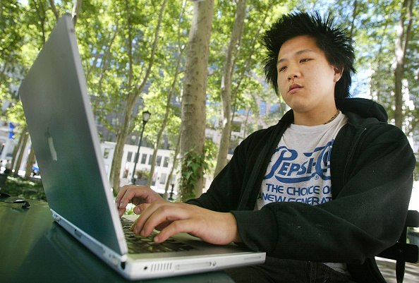 Outdoors「Free Wireless Internet in New York City Park」:写真・画像(6)[壁紙.com]