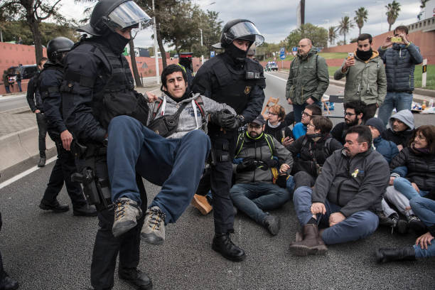 Riot Police「Regional Strike Takes Place Against The Prison Detention Of The Ousted Catalonian Government」:写真・画像(13)[壁紙.com]