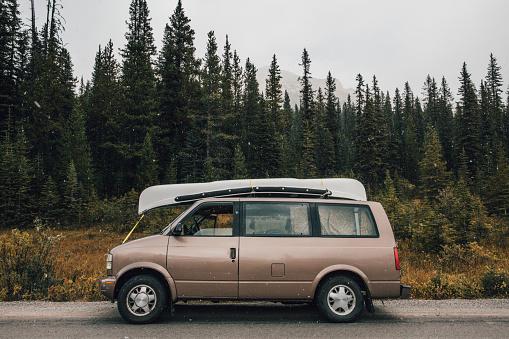 Van - Vehicle「Canada, Alberta, Icefields Parkway, Banff National Park, van」:スマホ壁紙(4)