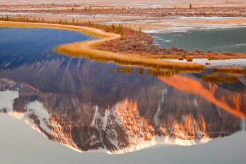 サンワプタ川「Canada, Alberta, Jasper National Park, Mount Kitchener, Sunwapta River, Reflection of a mountain in a river」:スマホ壁紙(3)