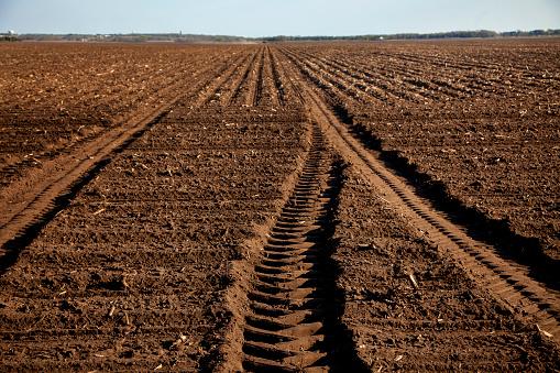 Plowed Field「Tractors tilling fields」:スマホ壁紙(1)