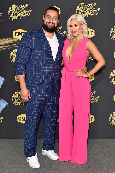 Hot Pink「2018 CMT Music Awards - Arrivals」:写真・画像(2)[壁紙.com]