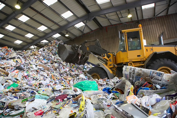Construction Vehicle「Bulldozer in dumping bay at recycling centre」:写真・画像(10)[壁紙.com]