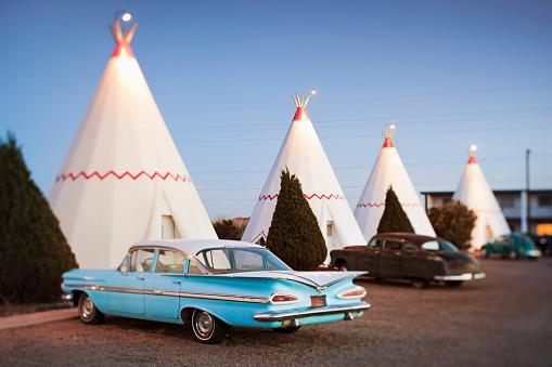 Motel「Vintage cars parked by wigwam motel rooms」:スマホ壁紙(1)