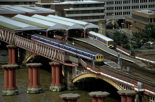 Emu「A Thameslink service crossing Blackfriars bridge with a train from Bedford to Brighton」:写真・画像(13)[壁紙.com]