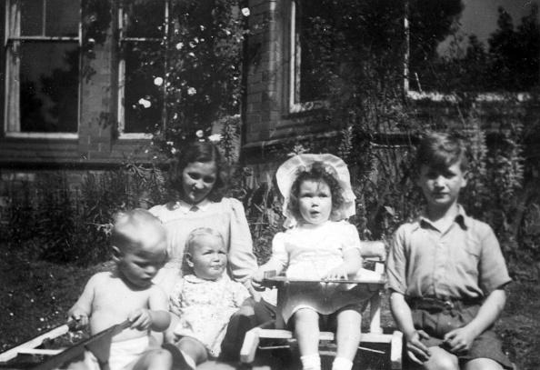 Three Quarter Length「John Lennon With His Sister And Cousins」:写真・画像(4)[壁紙.com]