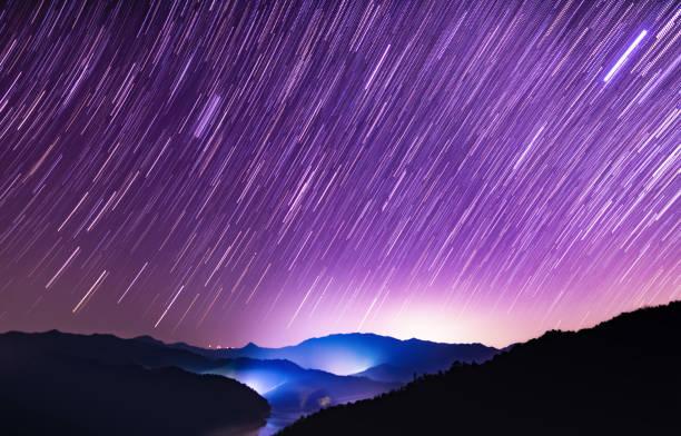 Starry sky meteor shower scene:スマホ壁紙(壁紙.com)