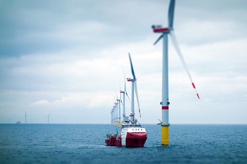 Sea「Big Offshore wind-farm with transfer vessel」:スマホ壁紙(13)