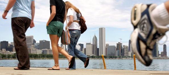 歩く「Chicagoans Head To Lake As Summer Settles In」:写真・画像(18)[壁紙.com]
