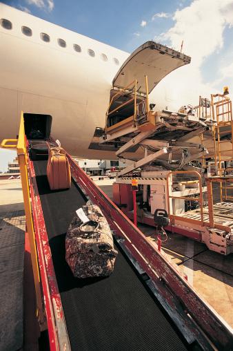 Unloading「Commercial Aeroplane Unloading Its Baggage on a Runway」:スマホ壁紙(13)