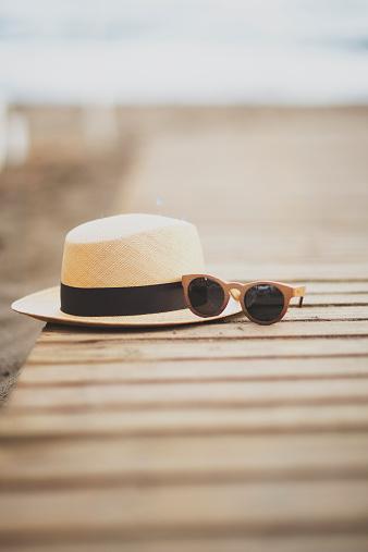 Hat「USA, Florida, Straw hat and sunglasses on beach」:スマホ壁紙(5)