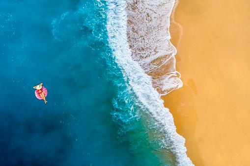 女性一人「透明な青緑色の海で泳ぐ」:スマホ壁紙(11)
