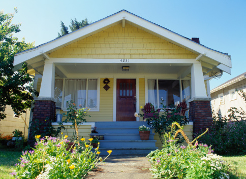 Bungalow「Yellow bungalow style house with garden, exterior view」:スマホ壁紙(11)