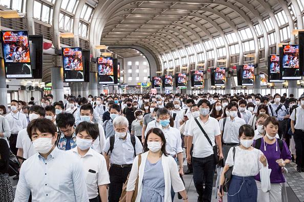 Commuter「Japan Eases Lockdown As Coronavirus Cases Continue To Rise」:写真・画像(11)[壁紙.com]