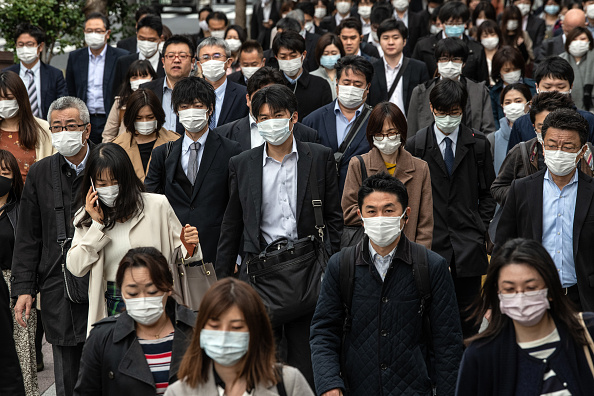 Commuter「Japan To Declare A State Of Emergency To Contain Coronavirus Outbreak」:写真・画像(6)[壁紙.com]