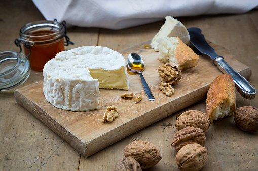 Nut - Food「Camembert, bread, walnuts and honey on wood」:スマホ壁紙(14)