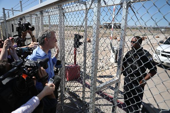 Joe Raedle「Bipartisan Group Of US Mayors Visits Border Crossing Near El Paso, Texas」:写真・画像(4)[壁紙.com]