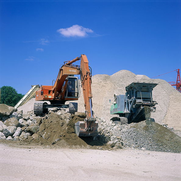 Heap「Fiat-Hitachi FH200 excavator loading concrete into mobile crusher for recycling.」:写真・画像(15)[壁紙.com]