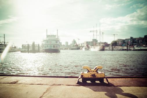 Pier「Germany, Hamburg, Port of Hamburg, Elbe river, Bollard against the sun」:スマホ壁紙(14)