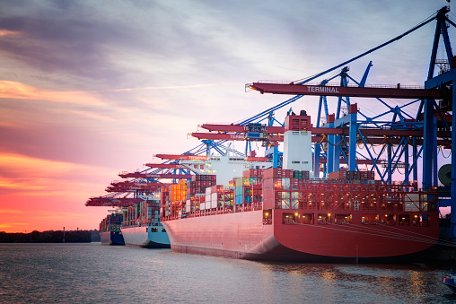 Pier「Germany, Hamburg, Port of Hamburg, Harbour, container ship in the evening」:スマホ壁紙(9)