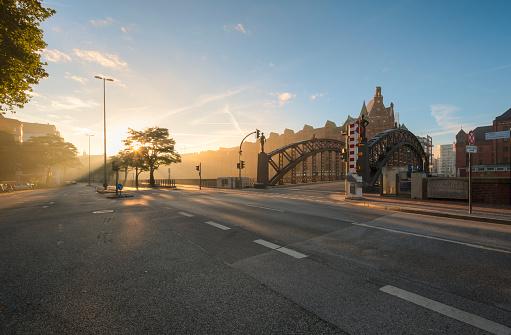 Back Lit「Germany, Hamburg, Speicherstadt at sunrise」:スマホ壁紙(10)