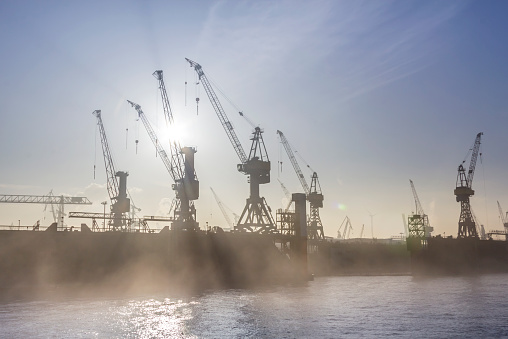 Pier「Germany, Hamburg, silhouette of cranes in the fog over the Elbe river」:スマホ壁紙(19)