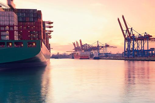 Pier「Germany, Hamburg, freight ships at Waltershofer harbour」:スマホ壁紙(17)