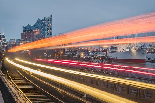Light Trail「Germany, Hamburg, Train light trails along elevated railway track at dusk」:スマホ壁紙(16)