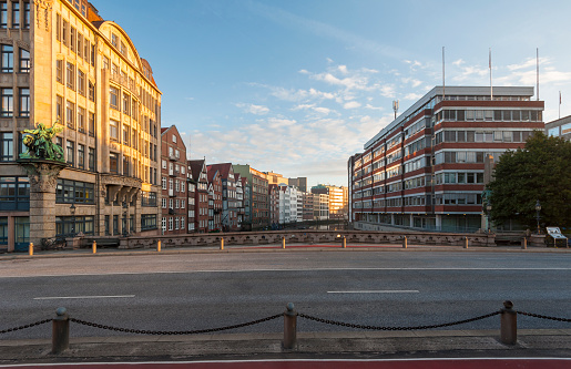 Old Town「Germany, Hamburg, Nikolaifleet at sunrise」:スマホ壁紙(10)