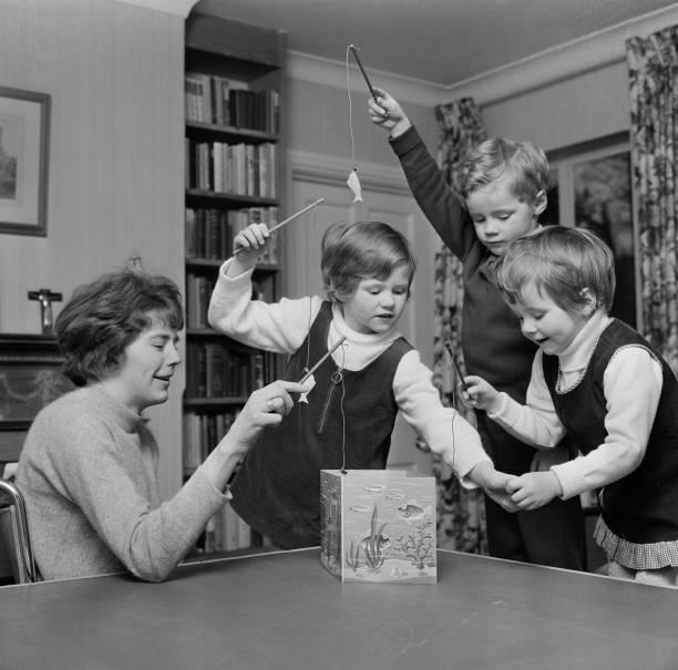 Playing「Baroness Darcy de Knayth with her children」:写真・画像(16)[壁紙.com]