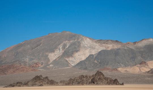 コットンウッド山脈「Rock monolith in Death Valley」:スマホ壁紙(2)