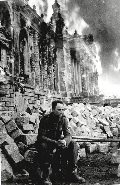 Sitting「German Soldier Sits On Ruins」:写真・画像(19)[壁紙.com]
