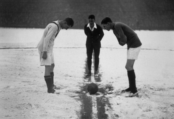 Soccer「Kick Off In The Snow」:写真・画像(1)[壁紙.com]