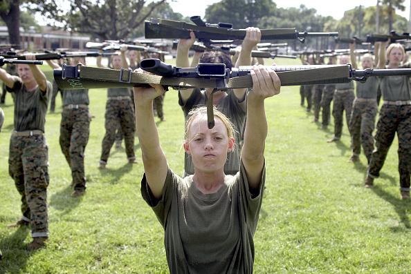 女「Women Train to Become U.S. Marines」:写真・画像(4)[壁紙.com]