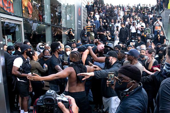 英国 ロンドン「Far-Right Protesters React To Anti-Racism Demonstrations」:写真・画像(9)[壁紙.com]