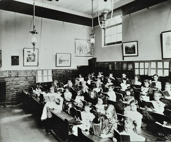 In A Row「Class Reading From Books, Southfields Infants School, Wandsworth, London, 1907. Artist: Unknown.」:写真・画像(17)[壁紙.com]