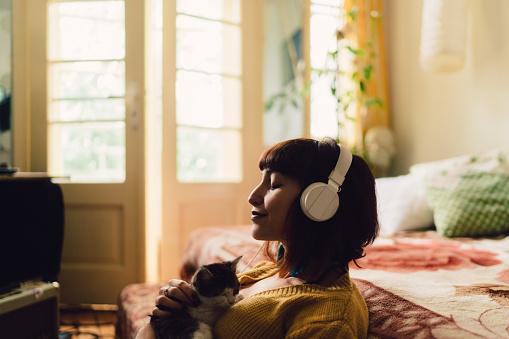 Serene People「Girl spending the weekend at home」:スマホ壁紙(16)