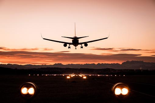 Airport Runway「Landing airplane」:スマホ壁紙(18)