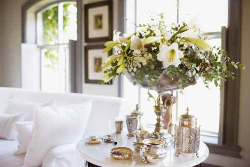 Bunch「Bouquet and silver on living room table」:スマホ壁紙(12)